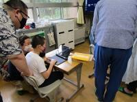 ロイロノートを児童と保護者が一緒に操作しています。