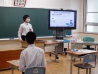 生徒が調べた職業についてプレゼンテーションしています。